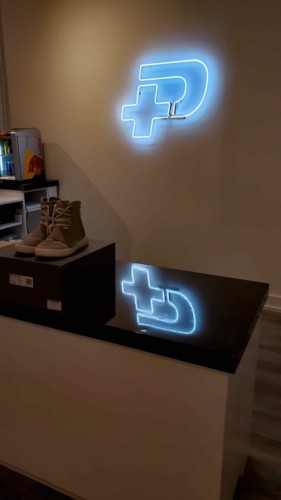 minPlus shop - white neon sign